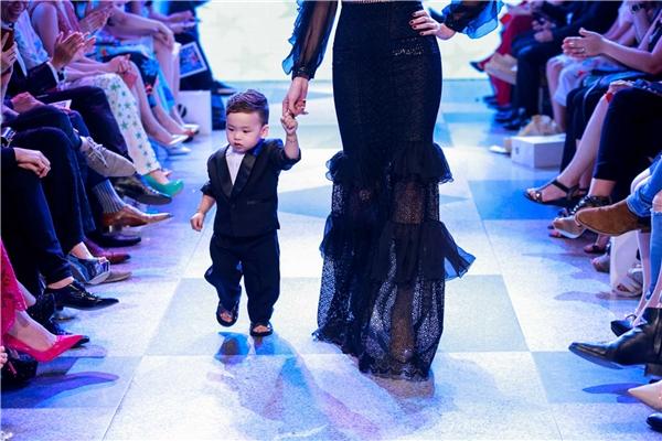 Hoa hậu Diễm Hương đóng vai trò chốt màn cho phần 2 của bộ sưu tập. Đồng hành với cô trên sàn diễn là cậu con trai tên Noah bụ bẫm, đáng yêu.