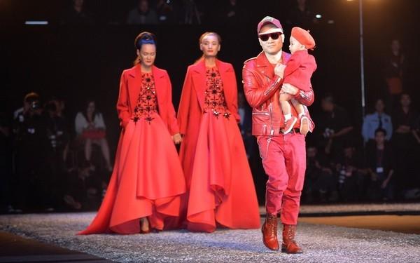 Sau đó vài tháng, nhà thiết kế Đỗ Mạnh Cường cũng mang bé Nhím (con trai nuôi) ra chào khán giả để chốt màn show diễn Thu - Đông 2014 với tên gọi The Twins (Sinh đôi). Hai bố con nhà thiết kế danh tiếng diện trang phục đồng điệu với sắc đỏ nổi bật.