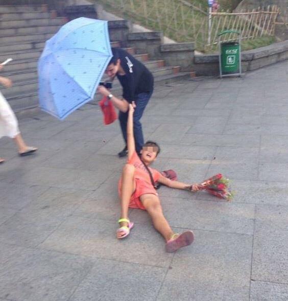 Kết quả là bị anh khách kéo lê trên đường trước sự chứng kiến của cô bạn gái và người đi đường khác.