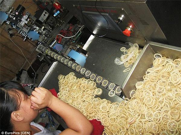 Bao cao su giả được sản xuất bằng những chiếc máy cũ kĩ này. (Ảnh: Internet)