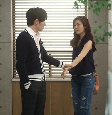 Cách nắm tay này bạn thường gặp trong nhiều bộ phim tình cảm châu Á, nam nhân vật cầm cổ tay bạn nữ, kéo cô gái chạy theo mình để thể hiện tình yêu và sự quyết tâm của mình. (Ảnh: Internet)