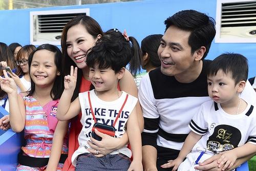 """Bởi với anh, gia đình là """"hậu phương vững chắc"""", đóng vai trò quan trọng trong cuộc sống Phan Anh. Chính vì vậy, Phan Anh muốn giữ sự bình yên cho các thành viên khỏi những """"sóng gió"""" trong showbiz Việt. - Tin sao Viet - Tin tuc sao Viet - Scandal sao Viet - Tin tuc cua Sao - Tin cua Sao"""