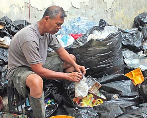 cánh sát thu nhặt rác