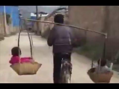 Kinh hoàng người cha vừa gánh hai con trên vai vừa đạp xe