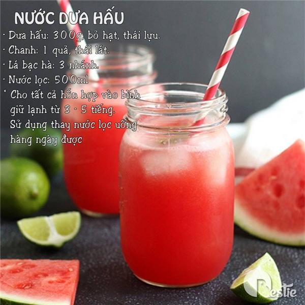 """Trong dưa hấu có chứa nhiều khoáng chất và vitamin nên đãđược chế tạo thành loại đồ uống giúp giải độc cơ thể trong những ngày """"ẩm ương, khó chiều""""."""
