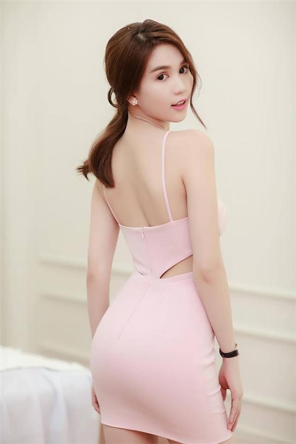 Vừa qua, Ngọc Trinh trở thành khách mời VIP cho sự kiện khai trương 1 trung tâm thẩm mỹ tại Ninh Bình. Tham dự buổi tiệc này, nữ người mẫu chọn diện chiếc đầm màu hồng ngọt ngào, cúp ngực kết hợp những đường cắt xẻ táo bạo.