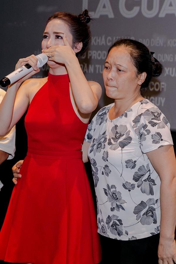 Cách đây vài ngày, trong buổi họp báo ra mắt sản phẩm âm nhạc mới của mình, Hòa Minzy đã bật khóc nức nở và gửi lời xin lỗi bố mẹ vì những ồn ào tình cảm khiến bố mẹ đau lòng.