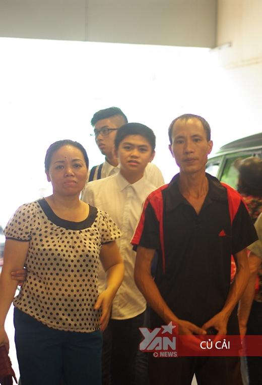 Lúc chúng tôi ra về bắt gặp một nhóm gia đình tới hỏi thăm và động viên gia đình chú.
