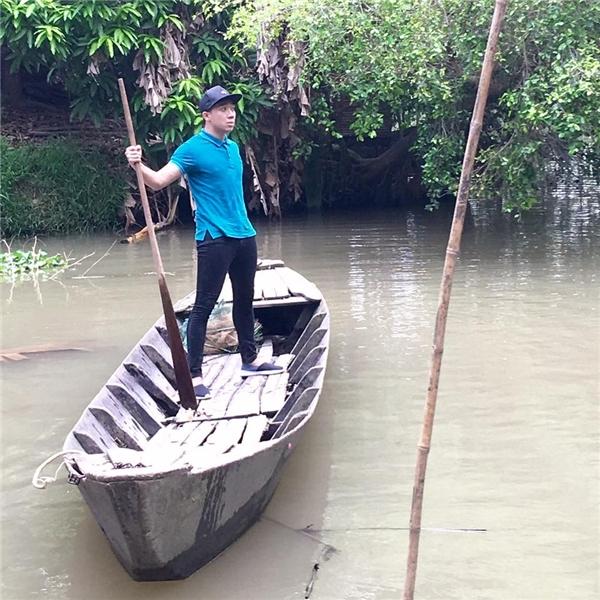 Không những thế, bạn trai Hari Won còn pha trò hài hướckhi được tự mình bơi xuồng trên sông. - Tin sao Viet - Tin tuc sao Viet - Scandal sao Viet - Tin tuc cua Sao - Tin cua Sao