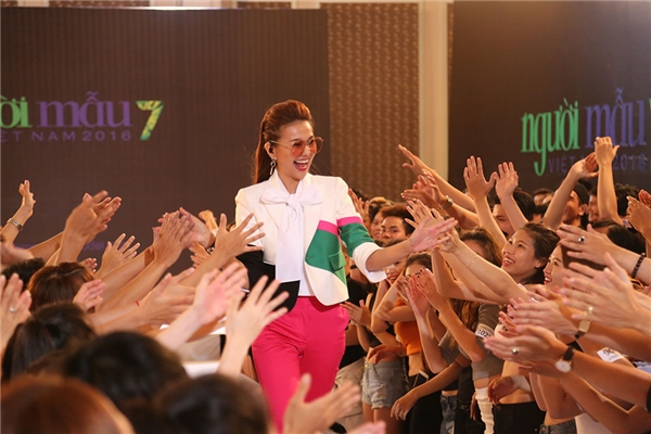 Nữ siêu mẫu giữa vòng vây của thí sinh, người hâm mộ.