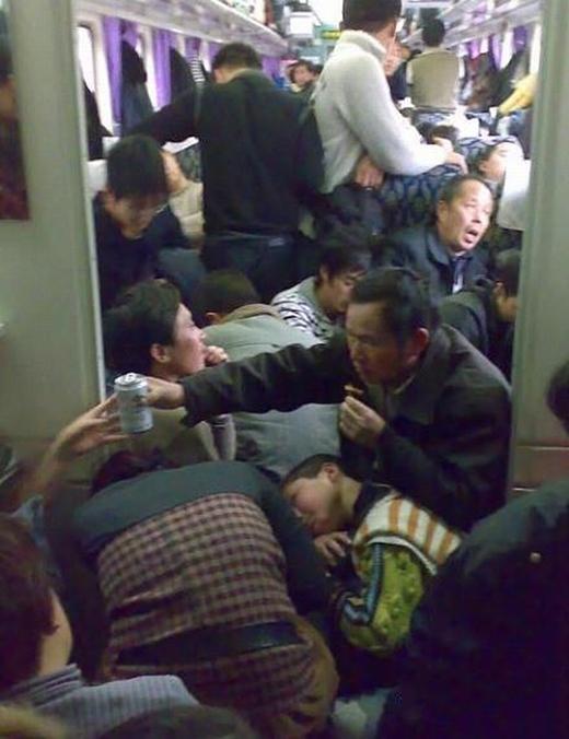 Đến chuyến tàu về quê, những người nông dân nghèo cũng phải rất khó khăn mới cóchỗ yên vị. (Ảnh: Internet)