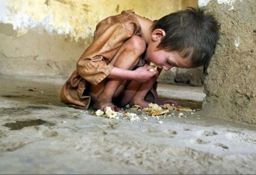 Hình ảnh cậu bé ăn ngon lành những mẩu bánh vụn bên đường sẽ làm nhiều người cảm thấy xấu hổ với hành động lãng phí đồ ăn của mình. (Ảnh: Internet)