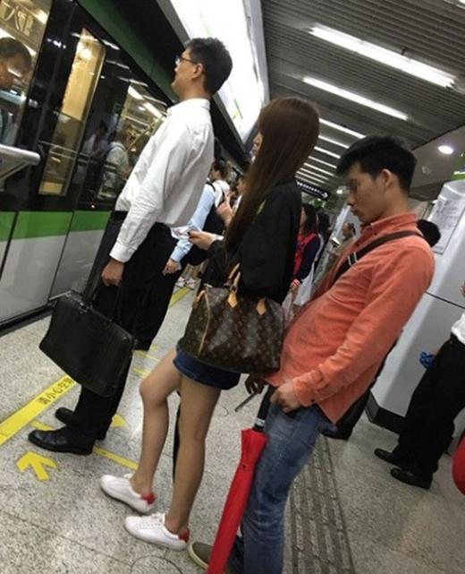 Người đàn ông chụp lén dưới váy bạn nữ khi cô đứng chờ tàu điện ngầm.