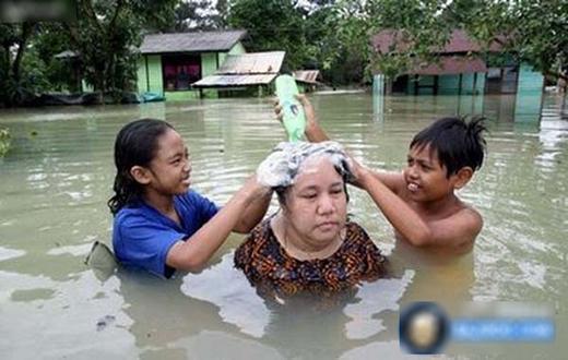 Gia đình hay bị cúp nước, giờ nhân dịp nước dư dả tràn bờ phải tranh thủ!