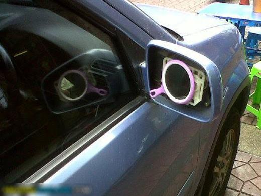 Bày đặt mua xế cho sang mà tưởng sao có cái kính chiếu hậu cũng không thay nổi!