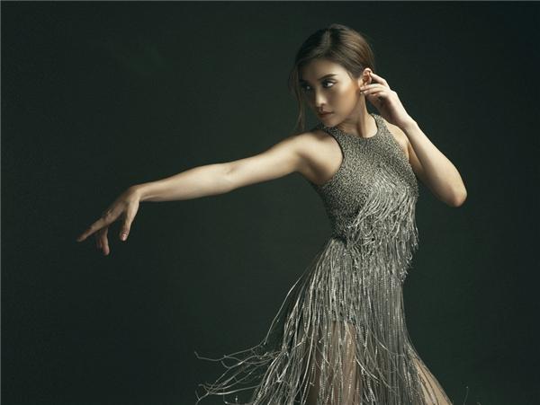 Fever là ca khúc thuộc thể loại nhạc Pop sôi động, tiết tấu nhanh, quãng rộng được cân đo đong đếm hợp với chất giọng của Tiêu Châu Như Quỳnh. Bài hát mang tinh thần trẻ trung, hiện đại, thể hiện cá tính mạnh mẽ của cô gái trong tình yêu.