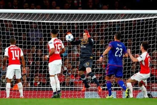 Thủ thành Ospina và trung vệ Paulista của Arsenal chơi cực tệ ở Champions League mùa này
