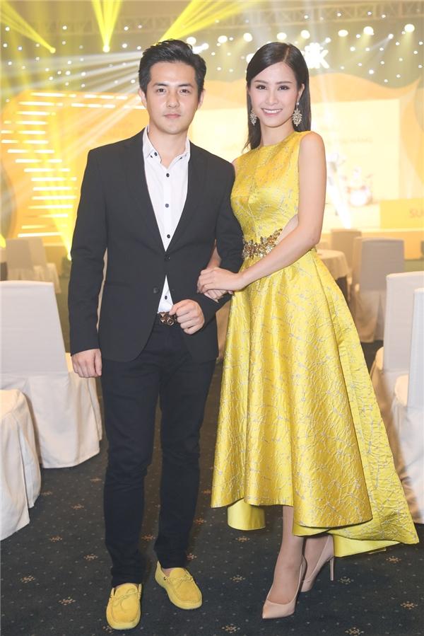 Ông Cao Thắng khéo léo chọn đôi giày màu vàng để hợp với chiếc váy mà bạn gái đang mặc. - Tin sao Viet - Tin tuc sao Viet - Scandal sao Viet - Tin tuc cua Sao - Tin cua Sao