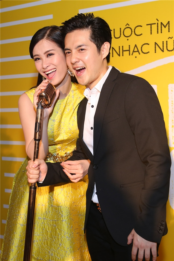 Cặp đôi luôn dành cho nhautình cảm nồng ấm và những cử chỉ ngọt ngào trong suốt buổi họp báo. - Tin sao Viet - Tin tuc sao Viet - Scandal sao Viet - Tin tuc cua Sao - Tin cua Sao