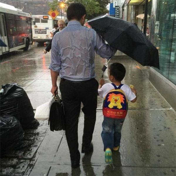 Lưng áo bố ướt sũng một chiều mưa.(Ảnh: Internet)