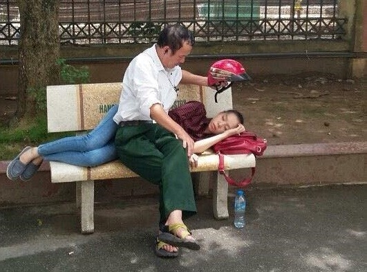 Với bố, con lúc nào cũng là một cô con gái cần chăm sóc và yêu thương. (Ảnh: Internet)