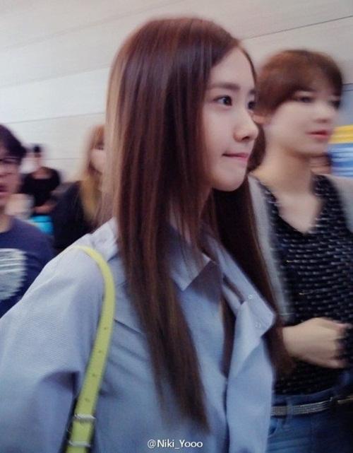 Thử tưởng tượng một mĩ nhân xuất chúng như thế này đứng trước mặt, các fan làm sao có thể giữ được bình tĩnh và tập trung chụp rõ nét được. Khí chất ngôi sao ngời ngời của Yoona cũng không phải dạng vừa.