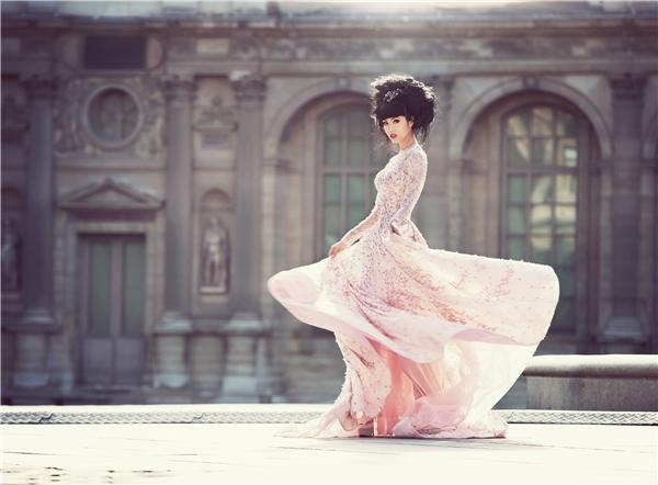 Nối tiếp thành công đó, Jessica Minh Anh hứa hẹn sẽ tiếp tục gây ấn tượng trongsự kiệnJ Summer Fashion Show 2016 được tổ chức trên sông Seine(Pháp) vào tuần sau.