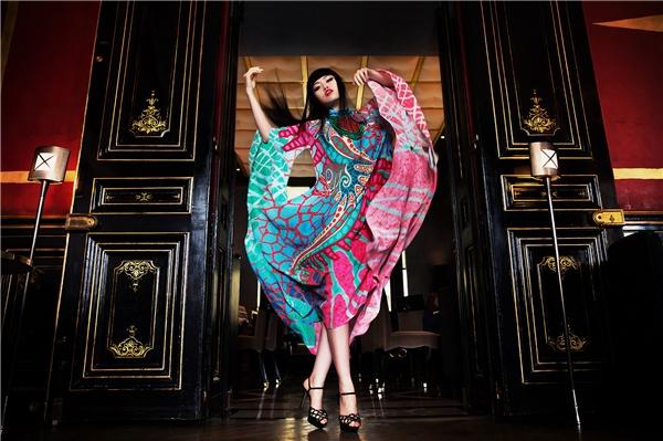 Bài phỏng vấn khẳng địnhvị trí của Jessica Minh Anh trong giới thượng lưu và thời trang Pháp, cũng như cho thấy tầm ảnh hưởng lớn của cô trong công cuộc đổi mới cách nhìn nhận khắt khe của người Pháp đối với các chuyên gia thời trang đến từ nước ngoài.