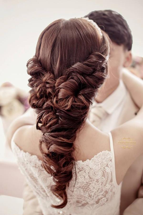 Với những kiểu tóc cầu kì như thế này, nếu trong quá trình tết mà lỡ để xảy ra một sơ xuất nhỏ nào, bạn sẽ phải ngồi thắt lại từ đầu. (Ảnh: Internet)