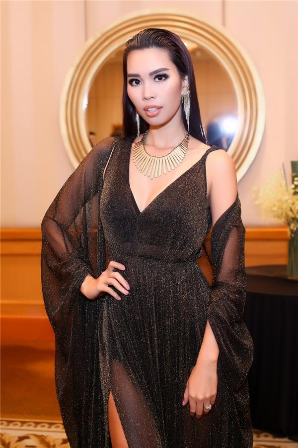 Trước khi tham gia trình diễn, nữ siêu mẫu diện bộ cánh với sắc đen pha ánh kim làm chủ đạo.