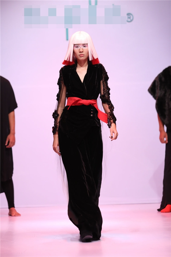 Trong chương trình, các người mẫu được tạo những kiểu tóc vô cùng ấn tượng nhưng có nhiều chi tiết dễ dàng ứng dụng vào cuộc sống.