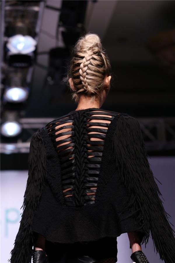 Hằng Nguyễn và kiểu tóc thắt xương cá cầu kì.