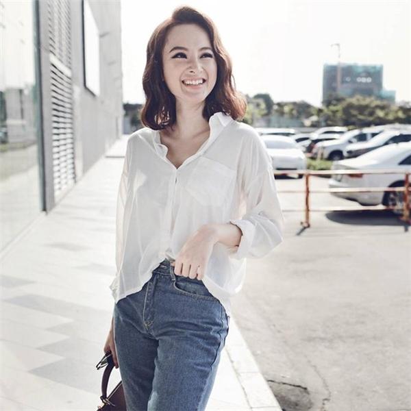Áo sơ mi trắng kết hợp với quần jeans xanh mang lại vẻ ngoài trẻ trung, năng động cho cô lái taxi Bình Chi. Được biết, chiếc áo có giá khoảng 300 nghìn đồng.