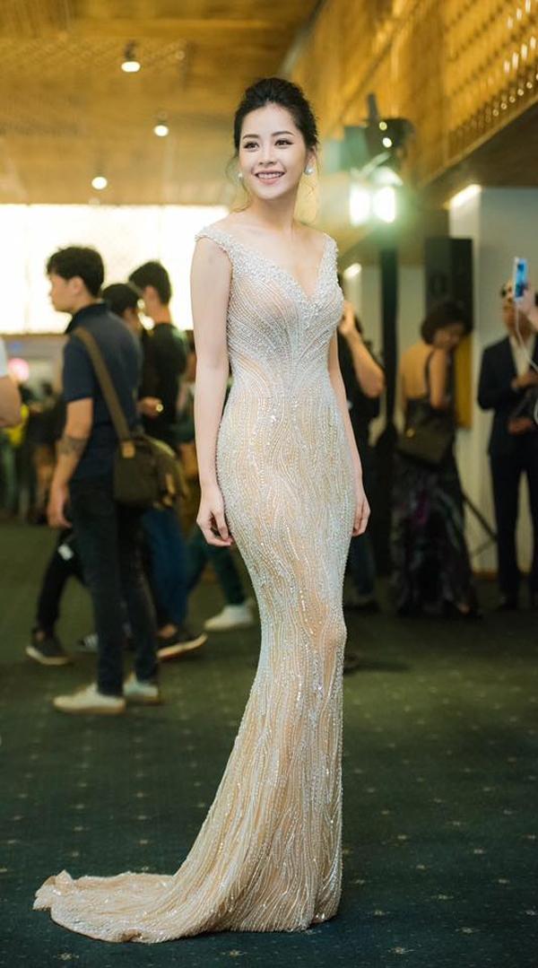Tham dự show diễn của nhà thiết kế Hoàng Hải vào tối 25/5 vừa qua, Chi Pu đánh bật dàn mĩ nhân khi diện bộ váy xuyên thấu ôm sát với sắc trắng tinh khôi làm chủ đạo. Thiết kế tạo điểm nhấn bởi những chi tiết đá, pha lê, ngọc trai đính kết kì công.