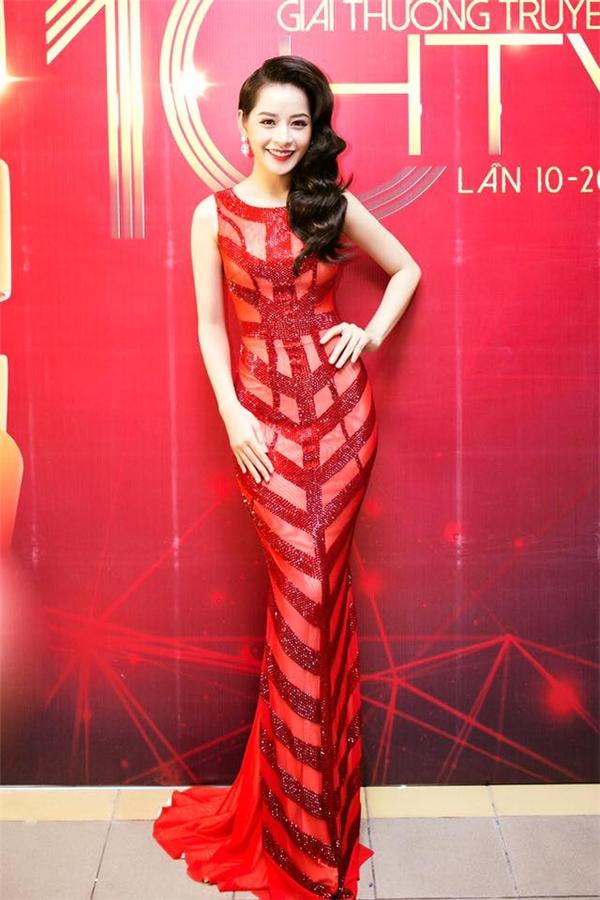 Sắc đỏ nồng nàn kết hợp chất liệu xuyên thấu, ánh kim mang lại vẻ ngoài nổi bật cho Chi Pu trên thảm đỏ HTV Award 2015.