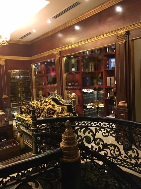 Và hình ảnh được hoa hậu đền Hùng chụp lại có sự giống nhau đến từng chi tiết từ cầu thang đến bộ ghế sô-pha.... - Tin sao Viet - Tin tuc sao Viet - Scandal sao Viet - Tin tuc cua Sao - Tin cua Sao