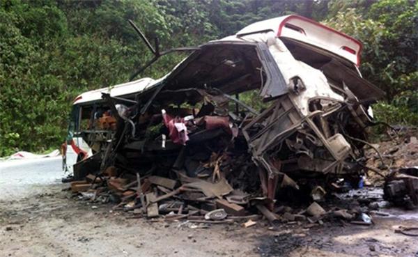 Vụ nổ làm ít nhất 8 người tử vong tại chỗ, 3 người bị thương nặng. Tại hiện trường, xe khách bị hư hại nặng. Lực lượng chức năng đang điều tra nguyên nhân vụ việc.