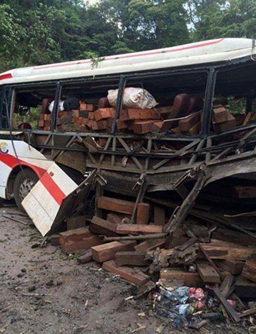 Theo nguồn tin, xe khách chở ít nhất 12 người và cả trăm khúc gỗ. Sau vụ nổ, chiếc xe sập hoàn toàn. Tại hiện trường, gỗ và kính vỡ văng khắp nơi.