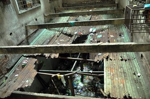Bước vào chung cư 727, cảm nhận đầu tiên là sự ẩm thấp, hoang lạnh, dù lúc ấy là buổi ngày. Ảnh: Dân Việt