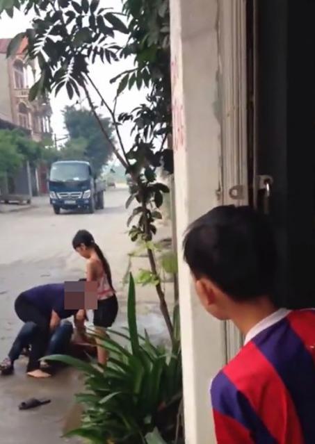 Mẹ lột sạch quần áo con trai giữa đường chỉ vì con mải chơi game?