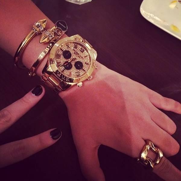 Chỉ là mấy cái vòng và cái đồng hồ vàng đính kim cương thôi mà.