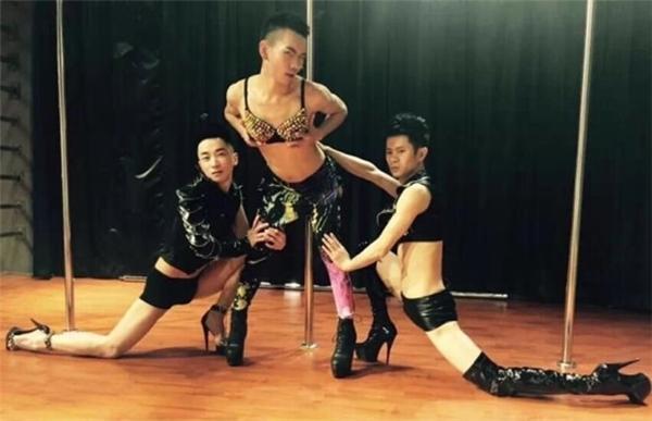 Là một vũ công, một nghệ sĩ nên Cà chua Tỷ tỷ rất tự tin và thích thể hiện mình.