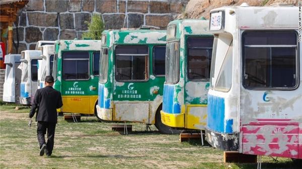 Giờ đây, những chiếc xe buýt tưởng chừng như vô dụng này đang chuẩn bị đảm nhận một sứ mệnh mới. (Ảnh: CNN)