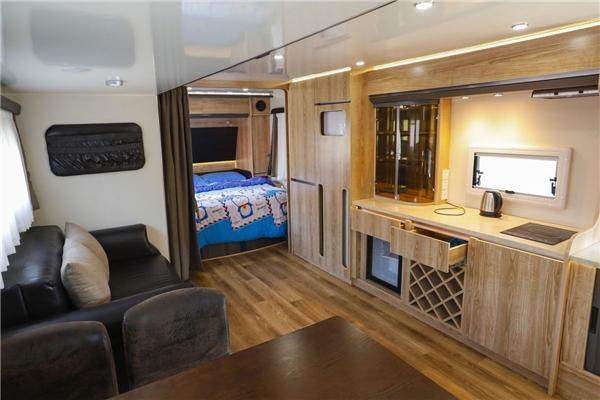 Giá thuê mỗi căn khách sạn mini này là 955.000 đồng/đêm. (Ảnh: CNN)