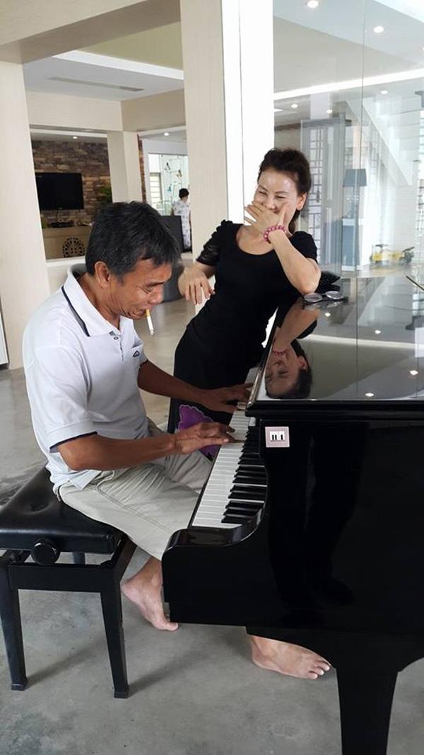 Lúc rảnh rỗibốHà Hồ sẽ chơi nhạc cho mẹ cô nghe. - Tin sao Viet - Tin tuc sao Viet - Scandal sao Viet - Tin tuc cua Sao - Tin cua Sao