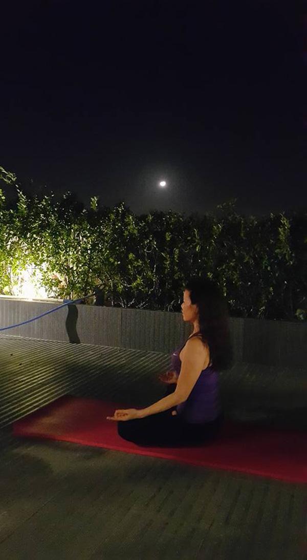 Sân thượng rộng rãi giúp bà có thể trải thảm tập Yoga bất cứ lúc nào mình muốn. - Tin sao Viet - Tin tuc sao Viet - Scandal sao Viet - Tin tuc cua Sao - Tin cua Sao