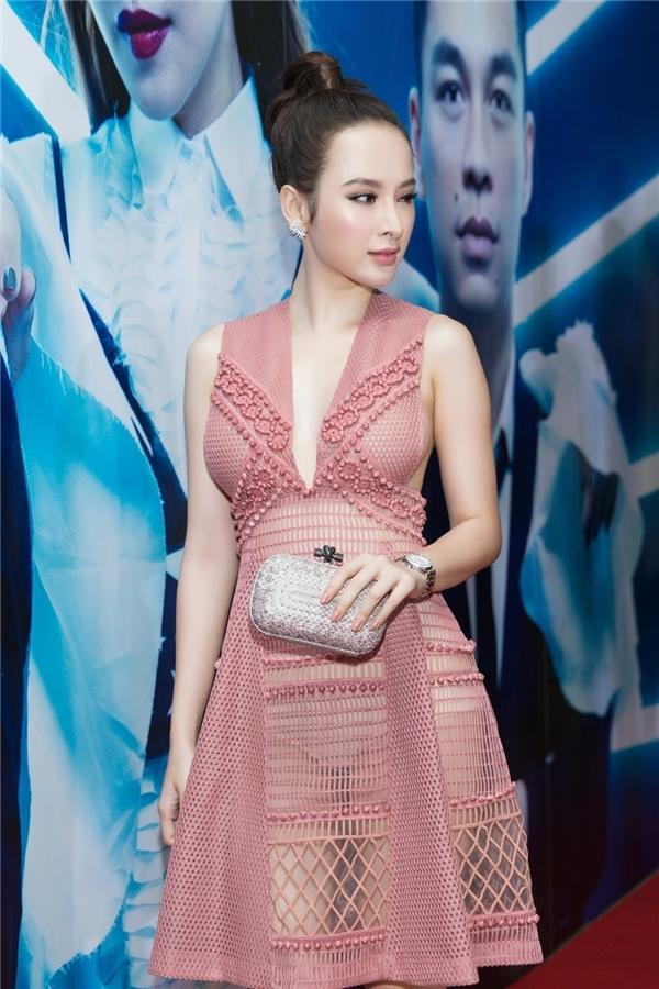 Váy hở ngực như Phương Trinh, Ngọc Trinh khiến người xem đỏ mặt