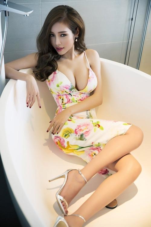 Thay vì cảm nhận vẻ đẹp, người xem lại bị ngợp thở với vòng 1 trễ nải của Elly Trần khi diện váy hở bạo.