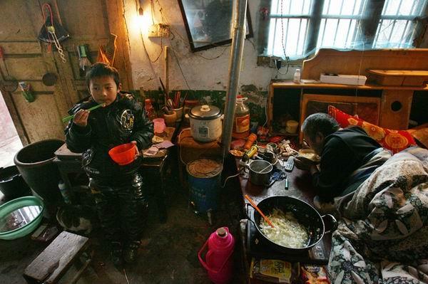 Chỉ mới 7 tuổi nhưng cậu bé đã biếtnấu ăn và dọn dẹp nhà cửa.