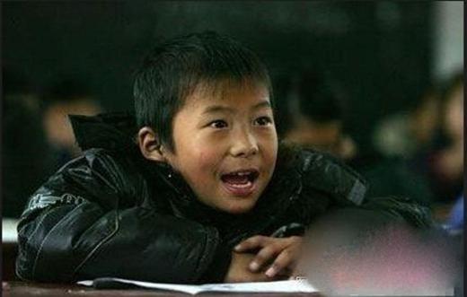 Sau khi mọi việc trong nhà hoàn tất thì cậu bé mới yên tâm đến trường.